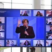 Frau bricht in Tränen aus! Merkel spricht mit verzweifelten Eltern (Foto)