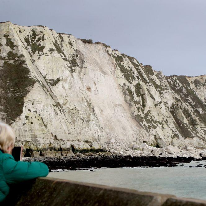 Weiße Klippen krachen ins Meer! Spaziergänger filmen mit (Foto)