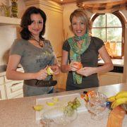 Alexandra Geiger (r) und Anita Hofmann schneiden in ihrer Heimat Meßkirch Obst für einen Obstsalat (2009).