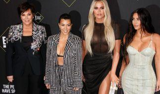 Kourtney Kardashian (2 v.li.) heizt im Badeanzug ihren Fans ein. (Foto)