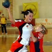 Nikola Pietzsch (l.) bei einem Handball-Länderspiel in Skopje im Jahr 2004.