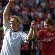 FSV Trainer Jürgen Klopp jubelt nach dem Schlusspfiff mit dem Mainzer Spieler Marco Rose (2004).