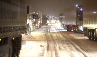 LKW's und Autos stehen auf der Autobahn 4 bei Gera im Stau. (Foto)