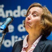 Beatrix von Storch wundert sich 2017 während einer Wahlkampfveranstaltung der AfD über das zu hoch eingestellte Mikrofon.