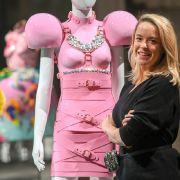 Marina Hoermanseder neben einem von ihr kreierten Kleid für die Herbst-/Wintersaison 2021/2022.