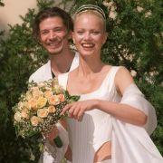 Franziska Knuppe und Christian Möstl stehen 14.08.1999 lachend vor dem Standesamt Potsdam, bevor sie sich zu ihrer Trauung begeben. Franziska trägt ein eigens zu diesem Anlass von Wolfgang Joop entworfenes Kleid.