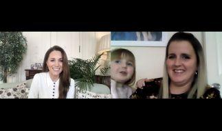 Kate Middleton im Gespräch mit Vicky Jones und Tochter Isla, während ihres Videoanrufs bei Little Village, eine Londoner Wohltätigkeitsorganisation, die Kinder sozial schwacher Familien mit Kleidung, Spielzeug und Babysachen unterstützt. (Foto)
