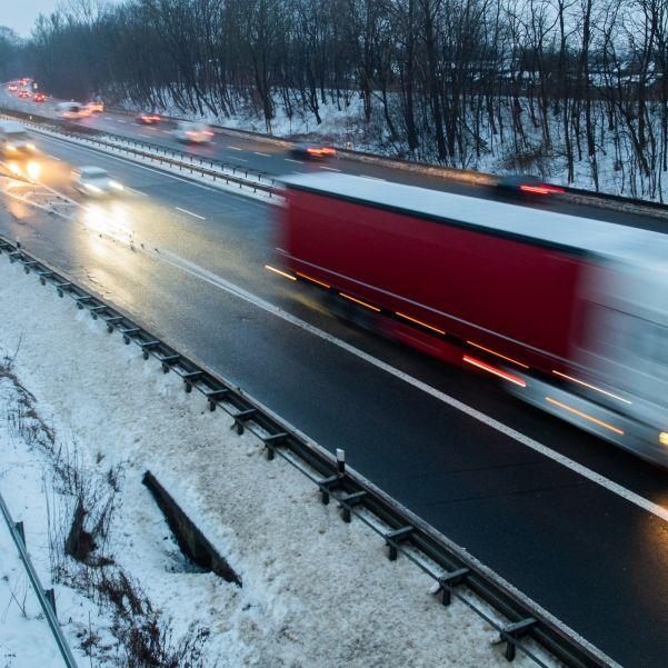 Winterwetter sorgt für Chaos auf Straßen und Schienen (Foto)