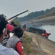 Bus stürzt in Kanal - mindestens 45 Menschen tot, etliche vermisst (Foto)