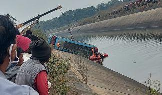 Ein Bus, der in einen Kanal gestürzt ist, wird im Bezirk Sidhi im zentralindischen Bundesstaat Madhya Pradesh geborgen. (Foto)