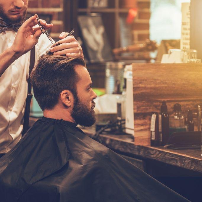 Not-Operation! Friseur stolpert und spießt sich mit Schere auf (Foto)