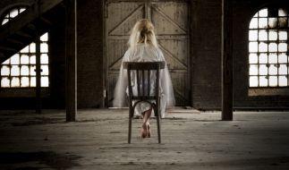 Spukhaus! Ein Paar in England hat einen weiblichen Geist mit blondem Haar und Brautkleid auf Videoaufzeichnungen entdeckt. (Foto)