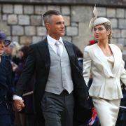 Robbie Williams, seine Frau Ayda Field (r.) und seine Schwiegermutter Gwen Field (l.) bei der Hochzeit von Prinzessin Eugenie und Jack Brooksbank vor der St.-Georges-Kapelle von Schloss Windsor.
