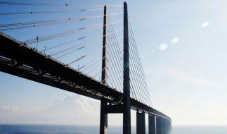 Zwei Männer sollen einen 19-Jährigen von einer Brücke gestürzt haben. (Foto)