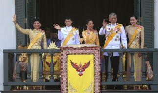 Die Mitglieder der Königsfamilie von Thailand, Prinzessin Sirivannavari Nariratana (v.l.n.r.), Prinz Dipangkorn Rasmijoti, Prinzessin Bajrakitiyabha, König Maha Vajiralongkorn und Königin Suthida (Foto)