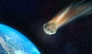Gleich drei Asteroiden fliegen am Wochenende auf die Erde zu. (Foto)