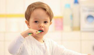 Ab dem ersten durchgebrochenen Milchzahn sollte Kinderzahnpasta zum Einsatz kommen. (Foto)