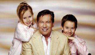 Roland Kaiser mit seinen Kindern Annalena (6) und Jan (9), aufgenommen im Februar 2006 in einem Fotostudio (Archivfoto). (Foto)