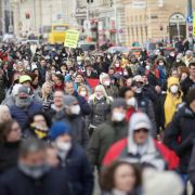 Regelmäßig demonstrieren Tausende gegen die Corona-Maßnahmen. (Foto)