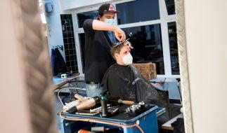 Ab 01.03. dürfen in Deutschland die Friseure wieder öffnen. (Foto)