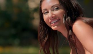 Francesca Farago arbeitet hart an ihrer Bikini-Bräune. (Foto)