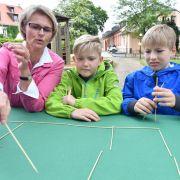 Anja Karliczek (l) besuchte 2019 Kinder der Evangelischen Grundschule Erfurt beim