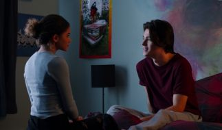 """Ein Szenenbild aus """"Ginny & Georgia"""" zeigt Felix Mallard (Marcus) und Antonia Gentry (Ginny). (Foto)"""