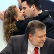 Hubertus Heil wird 2007 auf dem SPD-Bundesparteitag nach seiner Wiederwahl zum SPD-Generalsekretär von Solveig Orlowski geküsst.