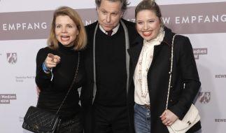 Die Schauspiel-Schwestern Annette (l.) und Caroline Frier (r.) mit Carolines Ex-Mann Dirk Borchardt bei der Berlinale 2017. (Foto)