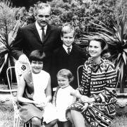 Fürst Rainier III. und Fürstin Gracia Patricia mit ihren Kindern Albert, Caroline (l.) und Stephanie 1967 im Garten ihres Palastes.