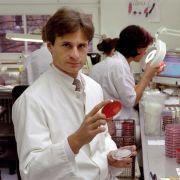 Professor Alexander Kekulé, Mikrobiologe und Wissenschaftsjournalist, untersucht im mikrobiologischen Labor der Martin-Luther-Universität Halle-Wittenberg 2001 bakterielle Proben von Patienten.
