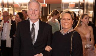 Susanne Eisenmann (CDU, r), Kultusministerin von Baden-Württemberg, und ihr Ehemann Christoph Dahl kommen zum Landespresseball Baden-Württemberg 2019. (Foto)