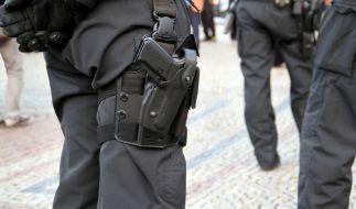 Zwei Polizisten sollen bei einer Prügel-Attacke nur zugeschaut haben. (Foto)
