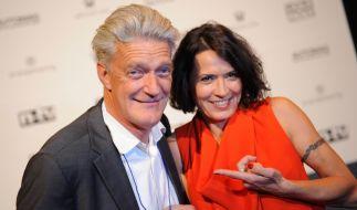 """Max Moor und die Laudatorin, die Schauspielerin Ulrike Folkerts, posieren 2013 während der Verleihung der """"Best Human Brands Awards"""" in München für Fotos. Moor wurde als """"Best Male Human Brand 2013"""" ausgezeichnet. (Foto)"""