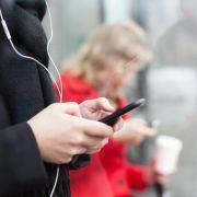Ein Sinnbild dieser Zeit: Menschen, die auf Smartphones starren. (Foto)