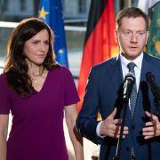 Ministerpräsident Michael Kretschmer (CDU) spricht nach seiner Vereidigung im Landtag neben seiner heutigen Frau Annett Hofmann zu den Journalisten.