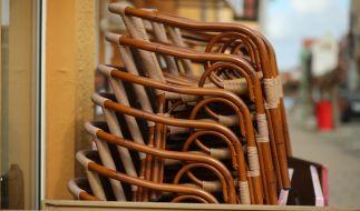 Stühle stehen gestapelt in einer Einkaufszone der Stadt Thale. Seit dem Corona-Lockdown gibt es auch keine Außengastronomie mehr in Sachsen-Anhalt. (Foto)
