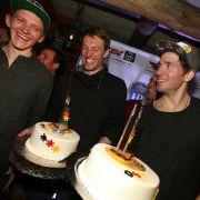 Linus Straßer (l.) feiert mit seinen Skirennfahrer-Kollegen Fritz Dopfer (M.) und Felix Neureuther (2015).