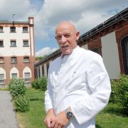 Gefängnisarzt Joe Bausch vor seiner ehemaligen Arbeitsstätte, der JVA Werl.