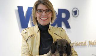 Bettina Böttinger hält ihren Hund Finchen auf dem Arm. (Foto)