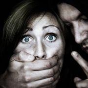 Betrunkener Polizist dringt angeblich in Haus ein und missbraucht Frau (Foto)