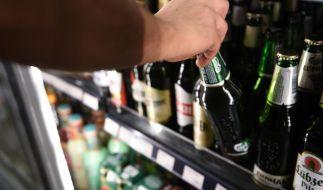 Die Deutschen trinken in der Corona-Krise weniger Alkohol. Experten sehen den Grund in den geschlossenen Gaststätten. (Foto)