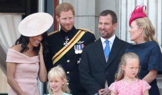Ausnahmsweise ist es mal nicht Queen-Enkel Prinz Harry (2.v.l.), der der Königin Kummer bereitet - diesmal ist Peter Phillips (3.v.r.), der Sohn von Prinzessin Anne, ins Fettnäpfchen getreten. (Foto)