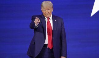 Donald Trump gibt sich als Weddingcrasher und löst Twitter-Spott aus. (Foto)