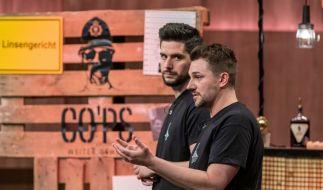 """Finn Gelderrmann und Jan Weigelt präsentieren mit """"CO´PS"""" hochprozentigen Kaffeeschnaps. Sie erhoffen sich ein Investment von 100.000 Euro für 20 Prozent der Anteile an ihrem Unternehmen. (Foto)"""
