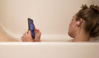 Einer jungen Russin erlitt einen tödlichen Stromschlag, nachdem ihr Smartphone in die Badewanne fiel. (Symbolfoto) (Foto)