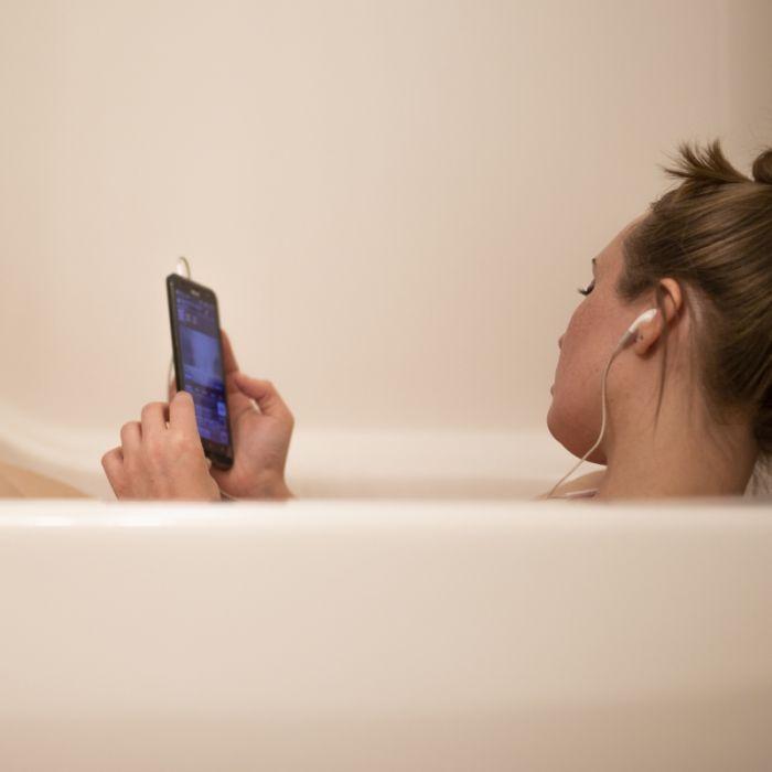 Frau (25) fällt Smartphone in die Badewanne - tot (Foto)