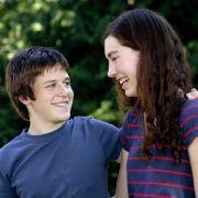 Leo Zirner (l.), Sohn von August Zirner, gemeinsam mit seiner Kollegin Anya Deubel (r.). Die Nachwuchsdarsteller sind im Kinofilm