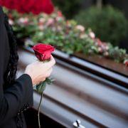 Sie lag leblos im Müll! Emmy-Gewinnerin (66) gestorben (Foto)
