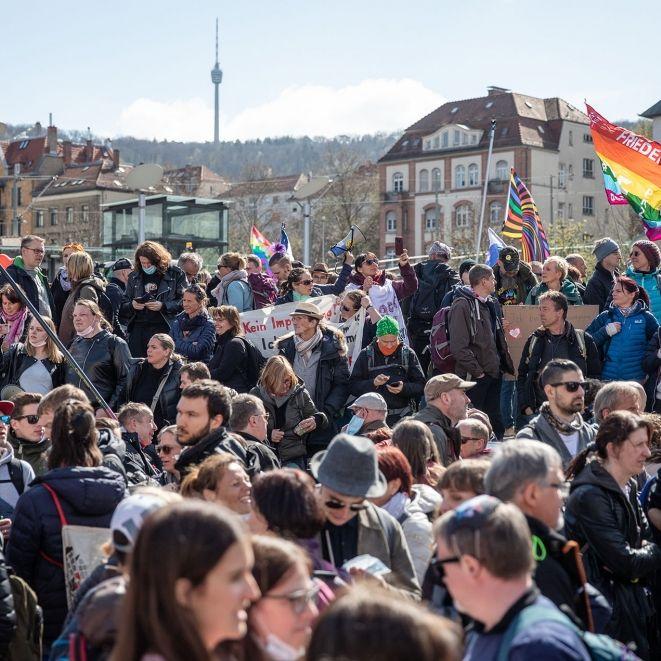 Staatsversagen in Stuttgart? Demo ohne Maske und Abstand (Foto)